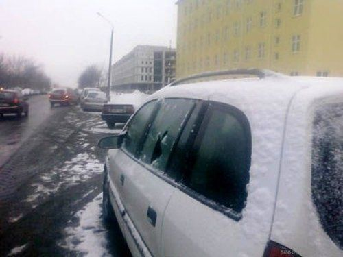 В Минске посыпали дороги и машины - фото 4