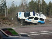 Шведские полицейские перевернули машину преступников своим Volvo - фото 1