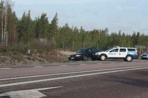 Шведские полицейские перевернули машину преступников своим Volvo - фото 3