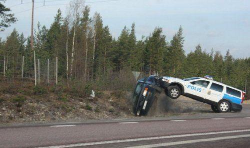 Шведские полицейские перевернули машину преступников своим Volvo - фото 6