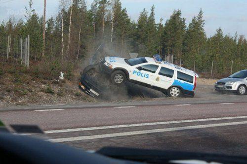 Шведские полицейские перевернули машину преступников своим Volvo - фото 4