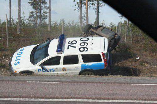 Шведские полицейские перевернули машину преступников своим Volvo - фото 5