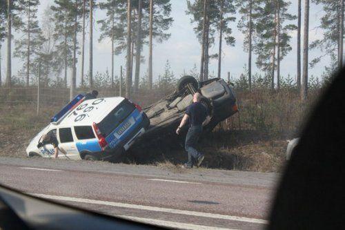 Шведские полицейские перевернули машину преступников своим Volvo - фото 2