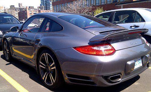 Сын автожурналиста протаранил ворота гаража на Porsche 911 Turbo - фото 4