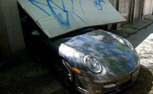 Сын автожурналиста протаранил ворота гаража на Porsche 911 Turbo - фото 6