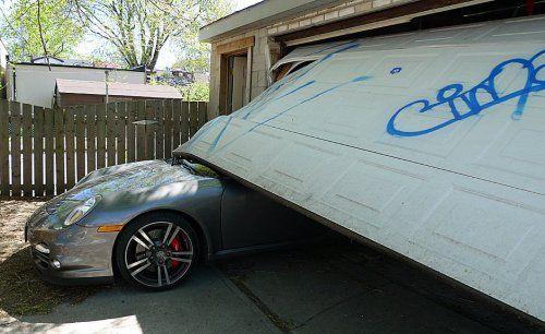 Сын автожурналиста протаранил ворота гаража на Porsche 911 Turbo - фото 3