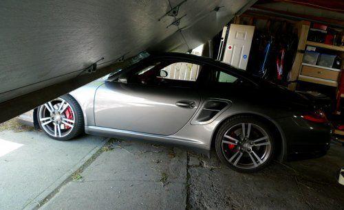 Сын автожурналиста протаранил ворота гаража на Porsche 911 Turbo - фото 5