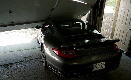 Сын автожурналиста протаранил ворота гаража на Porsche 911 Turbo - фото 2