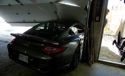 Сын автожурналиста протаранил ворота гаража на Porsche 911 Turbo - фото 1