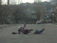 Пешеходов ветром вынесло на дорогу  - фото 1