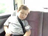 Как правильно разбудить спящего в авто ребенка - фото 1