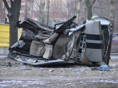 Разрушенный автомобиль в Питере - фото 2