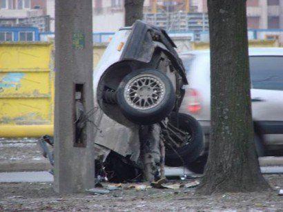Разрушенный автомобиль в Питере - фото 6