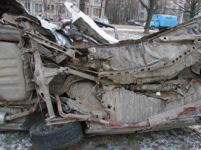 Разрушенный автомобиль в Питере - фото 4