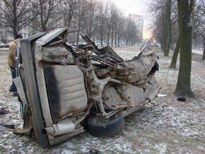 Разрушенный автомобиль в Питере - фото 5